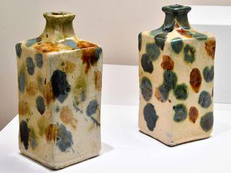 いずれも1939年に作られたもの。右は河井寛次郎が来県時に石こう型を基に壺屋で作ったと考えられている。左は河井の型を使って作ったと考えられる壺屋焼