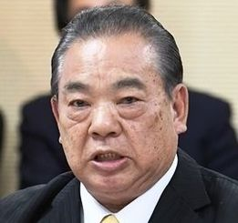 参考人招致で「口利きの依頼は一切ない」と主張する安慶田光男前副知事=20日午後、県議会