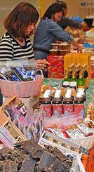 オープニングを控え、黒砂糖やみそ、泡盛などがブースに並んだ=12日午後6時半ごろ、那覇市久茂地のタイムスビル