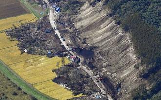 北海道厚真町吉野地区の土砂崩れ現場=10月4日
