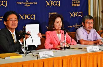 ヘリパッド建設反対声明を発表する(左から)伊波洋一氏、糸数慶子氏、上村英明氏=14日、東京の日本外国特派員協会