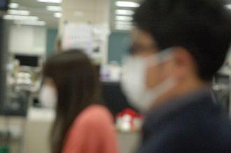(資料写真)マスク姿の市民