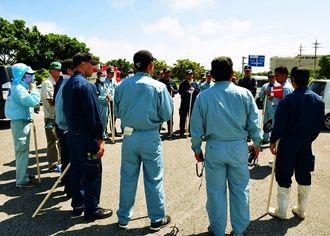 うるま署が40人体制で行方不明の島袋里奈さんを捜索した=13日午前10時25分ごろ、うるま市州崎の津梁公園