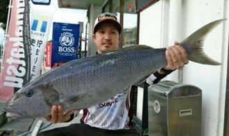 慶良間沖で93センチ、6.92キロのオーマチを釣った砂川陽平さん=2日