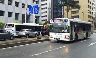那覇市内を走る路線バス=3日午前8時ごろ