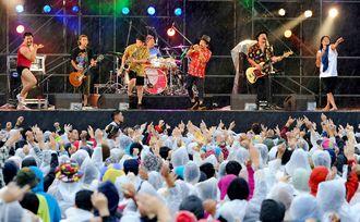 モンゴル800ら多彩なミュージシャンが出演した音楽フェスティバル「ワット・ア・ワンダフルワールド!! 18」=豊見城市豊崎の美らSUNビーチ特設会場(松田興平撮影)