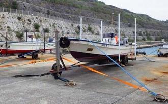 台風10号の波や風を警戒し、ひもで固定された南大東漁港の漁船=24日、同港(東和明通信員撮影)