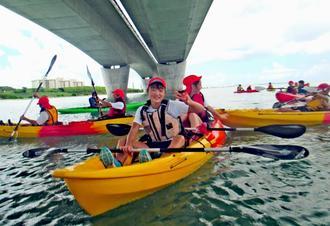 うらそえ里浜ネットワーク実行委員会主催のカヌー体験=浦添市港川