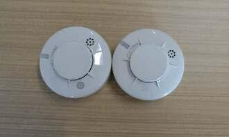 センサーが内蔵された親器(左)と子器がワンセットの「住宅用火災警報器無線式連動型」