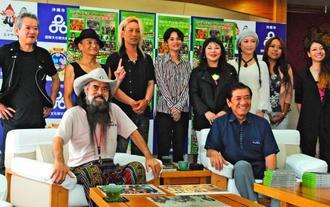 約40年ぶりの復刻版CDが完成したコンディショングリーンのかっちゃん(前列左)とCDの寄贈を受けた桑江朝千夫沖縄市長(同右)。後列は左からサーミー仲宗根さん、シンキさん、かっちゃんバンドのメンバー=29日、沖縄市役所