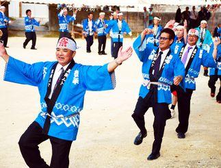 クイチャーを踊り地域の繁栄を願う池間島の男性たち=3日、池間島の水浜広場