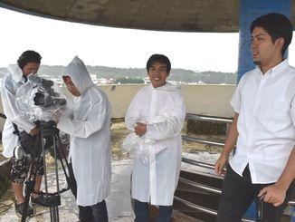 撮影のため、元山仁士郎さん(右端)と嘉数高台公園を訪れた都鳥伸也さん(右から2人目)と拓也さん(同3人目)=15日、宜野湾市