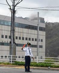 消火活動が続く「旭化成マイクロシステム」延岡製造所=21日午後、宮崎県延岡市