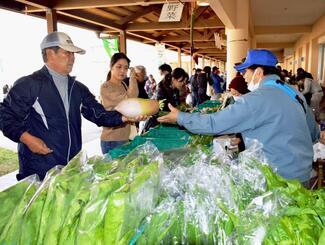 新鮮な野菜などが購入できる恩納村産業まつり=8日、恩納村ふれあい体験学習センター