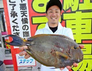 6日、読谷村都屋で41・7センチ1・2キロのトカジャーを釣った崎原徳起さん