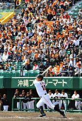 多くの観客でスタンドが埋まった巨人とDeNAのオープン戦=20日午後、沖縄セルラースタジアム那覇(金城健太撮影)