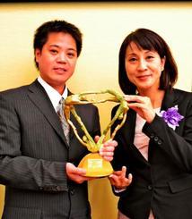 日本民間放送連盟賞のテレビ報道番組部門で最優秀賞を受賞したQABの島袋記者(右)と新垣カメラマン=9日、東京・グランドプリンスホテル新高輪