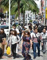 観光客でにぎわう那覇の国際通り