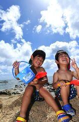 波打ち際で、砂遊びをする子どもたち=10日午後、豊見城市の瀬長島(下地広也撮影)