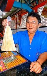 乾麺の製造・販売も行う玉城ニーロさん。200席ある店は多くの客でにぎわう
