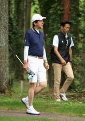 ゴルフを楽しむ安倍首相=21日午前、山梨県鳴沢村のゴルフ場