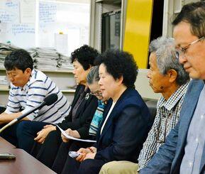 沖縄戦で亡くなった父への思いを語るパク・チュナさん(手前から3人目)と支援者=25日、県庁