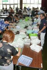 台風のため延期された衆院選の開票が始まった南城市中央公民館=23日、同所