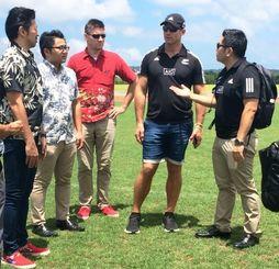 2020年東京五輪のキャンプ地として読谷村陸上競技場を視察するニュージーランドのトニー・フィリップさん(右から2人目)=28日午後