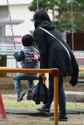 公園で遊ぶ親子(写真は本文と関係ありません)