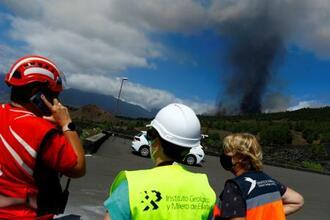 カナリア諸島ラパルマ島のクンブレビエハ火山が噴火し、噴煙が上がった=19日(ロイター=共同)