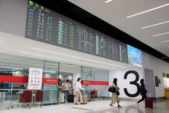 緊急事態宣言の延長決定から一夜明けた羽田空港。行き交う人はまばらだった=8日午前8時45分