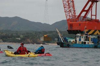 市民らの抗議活動の中、海中に沈められる大型コンクリートブロック=5日正午ごろ