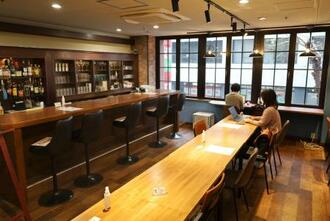 会社員らに無料で開放しているバー「コナイト」=大阪市