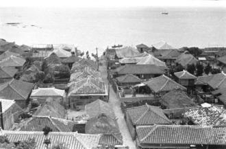 1935年当時の「鍛冶屋門小」(カンジャージョーグヮー)。軒を連ねる家々のほとんどが赤瓦屋根で近海、南洋で財をなした漁村の豊かさを伝える。路地の突き当たりには船だまりがあるが、現在は埋め立てられている。糸満市糸満の町端地区に当たる