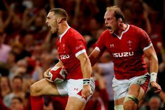 17日のテストマッチ、イングランド戦でトライを決め、雄たけびを上げるウェールズの選手たち=カーディフ(ロイター=共同)