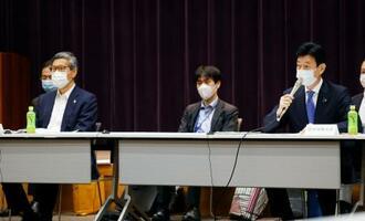 基本的対処方針分科会で発言する西村経済再生相。左は尾身茂会長=5日午前、東京都千代田区