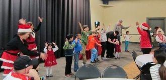 日本で人気の「妖怪体操」や「サンタはいるの?」など日本の音楽でダンスを楽しむ子どもたち=アトランタ市郊外のベン・ロバートソン・コミュニティセンター