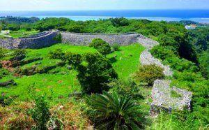 城郭の曲線が美しい今帰仁城跡から東シナ海を望む。遠く水平線の右側には伊是名・伊平屋島がかすかに見える