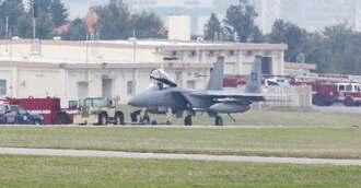 米軍嘉手納基地に緊急着陸したF15戦闘機=9日正午すぎ、同基地(読者提供)