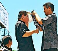 沖縄県民大会 登壇者の首にかけられていたものは?