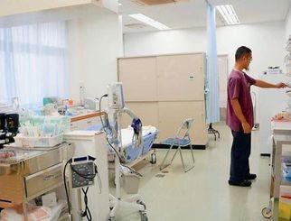 医療機器や人員の限られる離島の診療所では、災害で負傷者が多数出た場合の対応が課題だ=12月7日、県の南大東診療所(東和明通信員撮影)