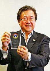 クルーズ・オブ・ザ・イヤー2014で特別賞を受賞したジャンボツアーズの谷村社長=16日、沖縄タイムス社
