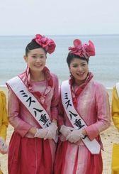 ミス八重山に選ばれた東内原さん(右)と遠藤さん=西表島、トゥドゥマリの浜
