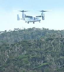 N1地区のヘリパッドで離発着を繰り返すオスプレイ=11日午後2時30分ごろ(安次嶺現達さん提供)