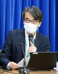 新型コロナウイルス感染症対策を助言する専門家組織の会合を終え、記者会見する座長の脇田隆字・国立感染症研究所長=12日午後、厚労省
