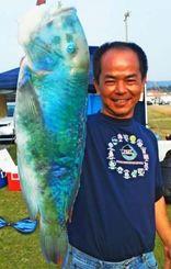 東村海岸で60センチのマクブを釣った与那嶺均さん=4日