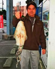 西洲で2・27キロのシルイチャーを釣った玉寄和弘さん=18日