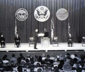 5代目となる琉球列島米高等弁務官として就任したアンガー高等弁務官(中央左)=1966年11月2日、米軍キャンプ瑞慶覧内