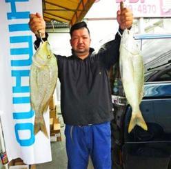津堅島で64センチ、3.03キロと60.5センチ、2.37キロのタマンを釣った砂川智也さん=5月5日