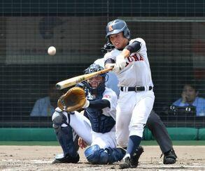 4回裏、興南の遠矢が適時二塁打を放ち同点に追いつく